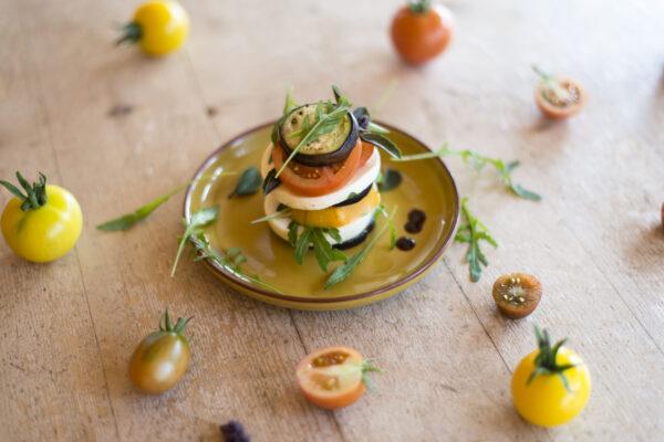 Frischkäsetürmchen mit Aubergine und Tomate